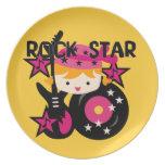 Chica rubio de la estrella del rock plato de cena