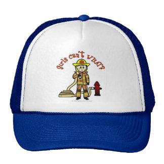 Chica rubio del bombero gorras