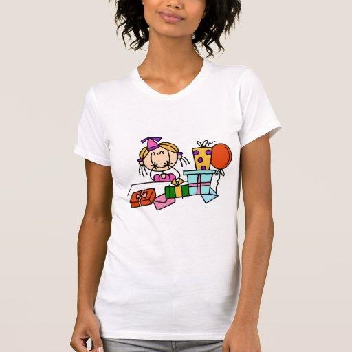 Chica rubio del cumpleaños con las camisetas de playeras