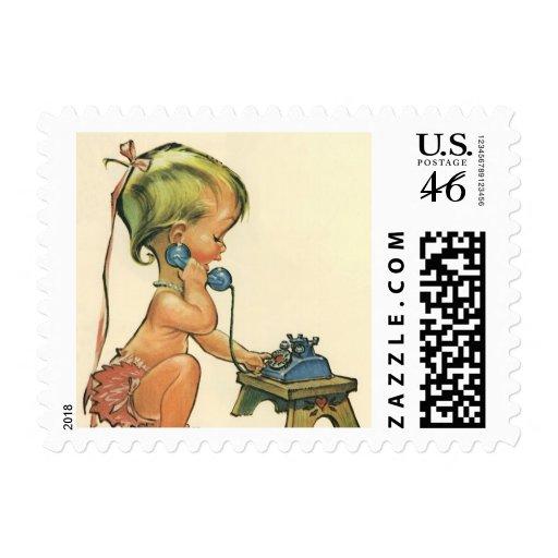 Chica rubio lindo del niño del vintage que habla e sellos