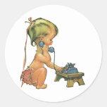 Chica rubio lindo del niño del vintage que habla etiquetas redondas