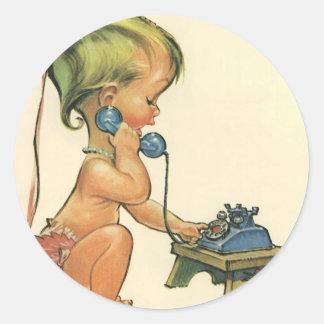 Chica rubio lindo del niño del vintage que habla pegatina redonda