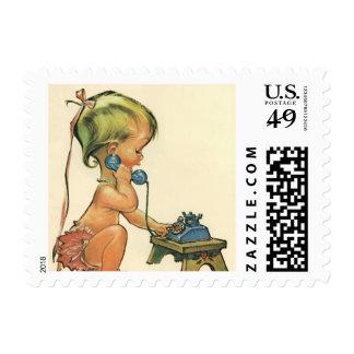 Chica rubio lindo del niño del vintage que habla sellos