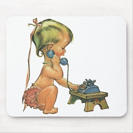 Chica rubio lindo del niño del vintage que habla alfombrilla de ratón