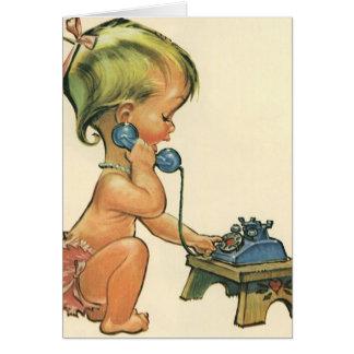 Chica rubio lindo del niño del vintage que habla tarjeta de felicitación