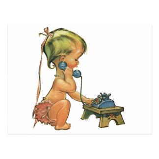 Chica rubio lindo del niño del vintage que habla postal