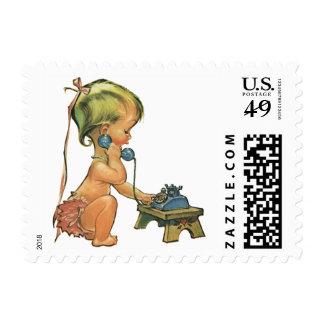 Chica rubio lindo del niño del vintage que habla timbres postales