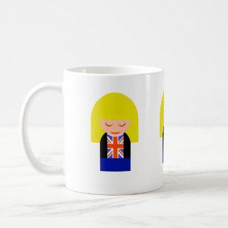 Chica rubio patriótico en una camiseta de la bande tazas de café