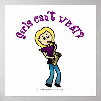 Chica rubio que toca el saxofón impresiones