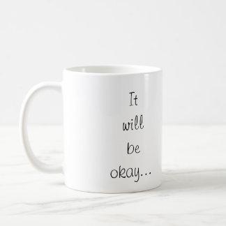 Chica solo adaptable que se inclina en la pared de taza de café