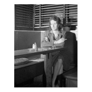 Chica solo en una barra, 1943 tarjeta postal
