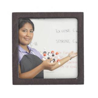 Chica teenaged hispánico en clase de la ciencia cajas de joyas de calidad