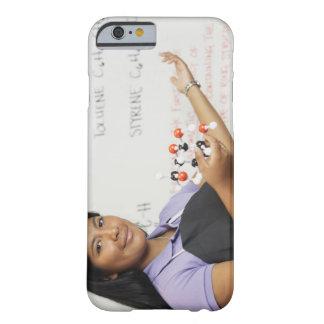 Chica teenaged hispánico en clase de la ciencia funda barely there iPhone 6