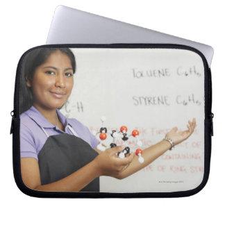 Chica teenaged hispánico en clase de la ciencia fundas ordendadores