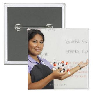 Chica teenaged hispánico en clase de la ciencia pin cuadrado