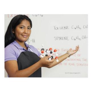 Chica teenaged hispánico en clase de la ciencia tarjeta postal