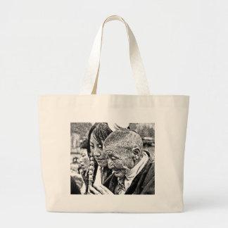 Chica tibetano con la abuela bolsa