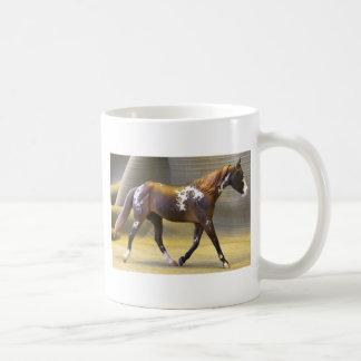 Chica trabajadora tazas de café