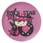Chica trigueno de la estrella del rock plato de comida