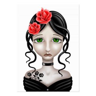 Chica triste con los rosas rojos en blanco tarjetas de visita grandes
