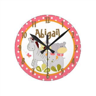 Chica tropical conocido personalizado del sacador  reloj redondo mediano
