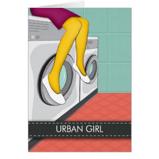 Chica urbano que se sienta en un lavadero en la ci tarjeta de felicitación