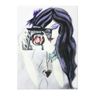 Chica violeta del vampiro con la lona de la cámara