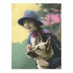 Chica y alemán Shepard del encanto del vintage Postal