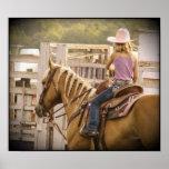 Chica y caballo de la raza del barril posters