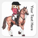 Chica y caballo ingleses del montar a caballo calcomanías cuadradass personalizadas