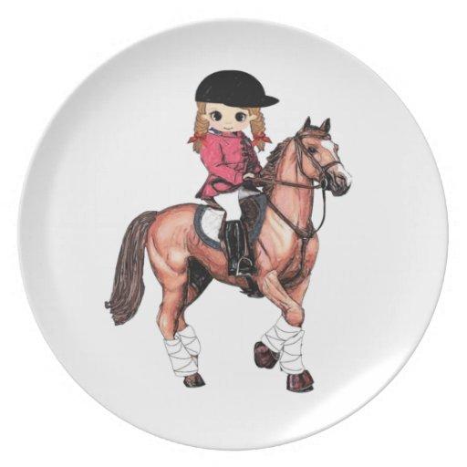 Chica y caballo ingleses del montar a caballo platos de comidas