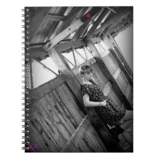 Chica y cuaderno rojo del corazón
