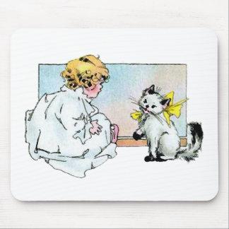 Chica y gato del vintage alfombrilla de ratón