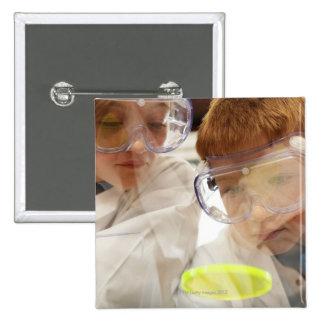 Chica y muchacho (11-13) que miran la placa de Pet Pin Cuadrada 5 Cm