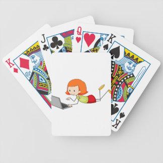 Chica y ordenador barajas de cartas