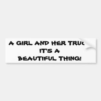Chica y su camión etiqueta de parachoque