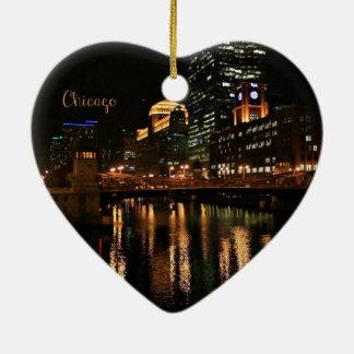 Chicago en el paisaje urbano de la noche adorno navideño de cerámica en forma de corazón