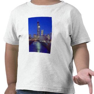 Chicago, Illinois, horizonte en la noche con Camisetas