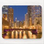 Chicago, Illinois, horizonte y el río Chicago en Alfombrilla De Ratones