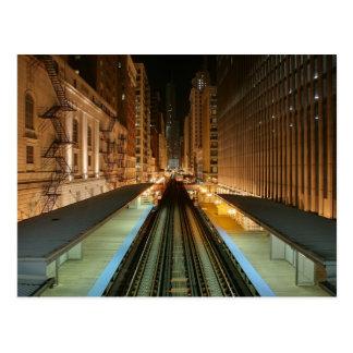 """Chicago """"L"""" estación en la noche Postal"""