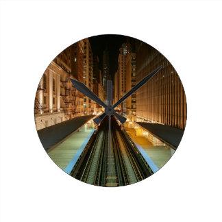 """Chicago """"L"""" estación en la noche Reloj Redondo Mediano"""