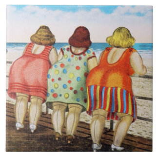 Chicas basados gordos del vintage en la playa azulejo cuadrado grande