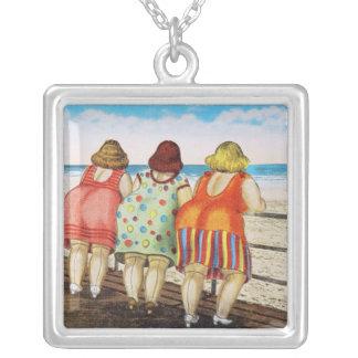 Chicas basados gordos del vintage en la playa joyeria personalizada