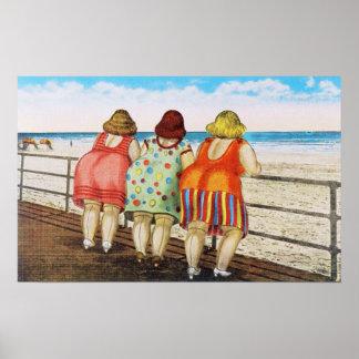 Chicas basados gordos del vintage en la playa posters