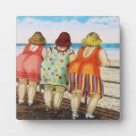 Chicas basados gordos del vintage en la playa placas de madera