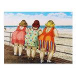 Chicas basados gordos del vintage en la playa postal