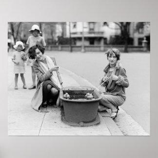 Chicas con el mascota Ducklings, 1927. Foto del Póster