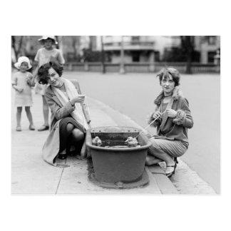 Chicas con el mascota Ducklings, 1927 Postal
