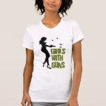 Chicas con la camiseta destruida armas
