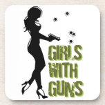 Chicas con los prácticos de costa de los armas posavasos de bebida